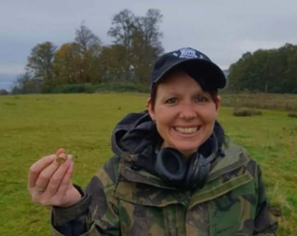 Michelle Vall con el precioso anillo de sello. (Dix Noonan Webb)