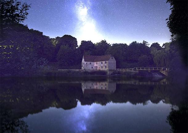 El antiguo molino de noche. (Oliver Taylor/ Adobe stock)