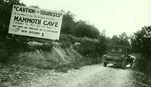 Se colocaron señales engañosas a lo largo de los caminos que conducen desde Cave City a la cueva de mamut para engañar a los turistas durante las guerras de las cuevas. (Historia de los Apalaches)