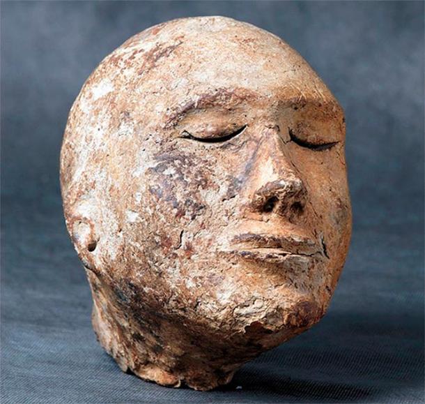 El modelo de una cabeza humana, supuestamente una máscara de muerte, estaba lleno de hueso de oveja. (Imagen: Mikhail Vlasenko)