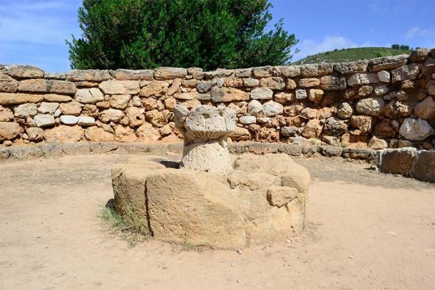 Maqueta de una torre de piedra arenisca nurágica en el altar central de la caseta de reunión pública, Nuraghe Palmavera (fusolino / Adobe Stock)