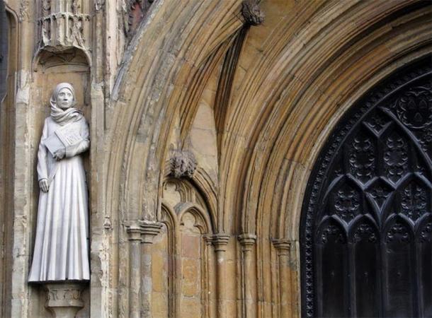 Estatua moderna de Julián de Norwich en la entrada oeste de la Catedral de Norwich. Evelyn Simak, CC BY-ND