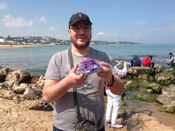 Mohamed Ghassen Nouira con ejemplos de su antiguo tinte púrpura (Mohamed Ghassen Nouira)