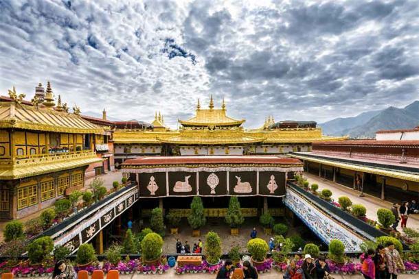 El glorioso monasterio budista de Jokhang en Lhasa fue construido durante el Imperio tibetano temprano por Songtsen Gampo. (vladimirzhoga / Adobe Stock)