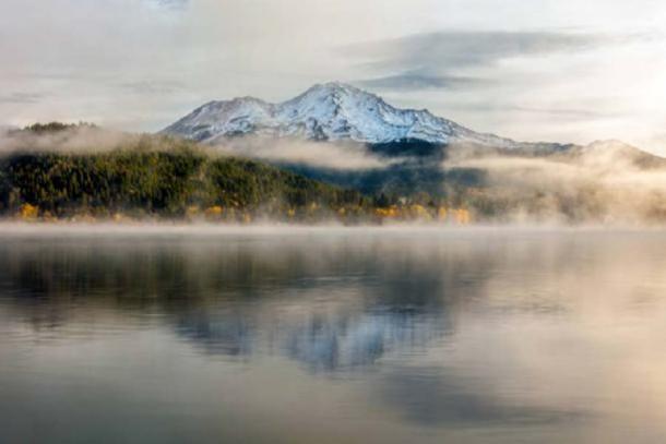 Hermoso Monte Shasta y el lago Siskiyou. (fenlio / Adobe Stock)