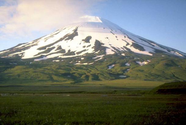 Monte Vsevidof en la isla de Umnak, Alaska. (Dominio Público)