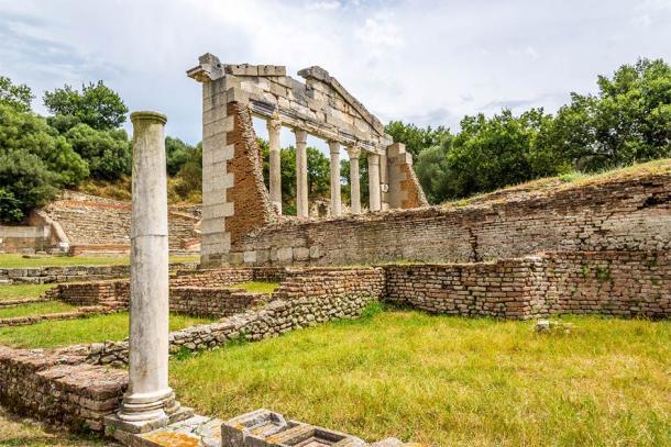 Monumento de Agonotetes en la antigua ciudad griega de Apolonia, Condado de Fier, Albania. (milosk50 / Adobe Stock)