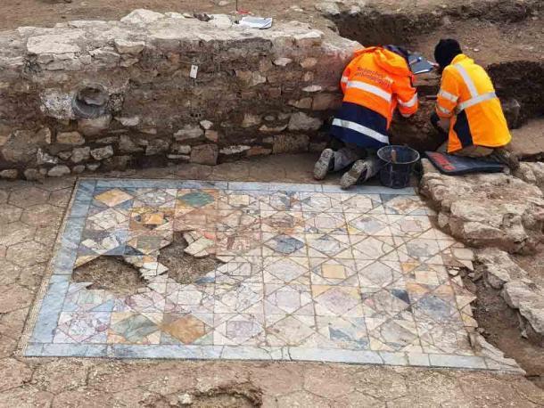 El piso de mosaico encontrado en la sala de recepción de una de las casas adosadas domus recientemente desenterradas en Nimes, Francia. (INRAP)