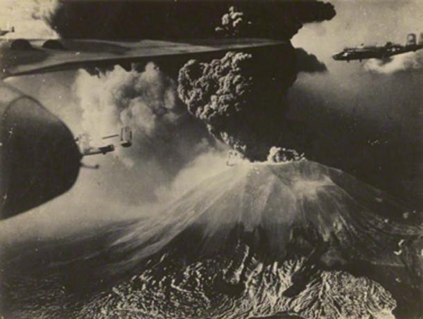 El Monte Vesubio entró en erupción en marzo de 1944. Aquí, los bombarderos Mitchell B-25 estadounidenses sobrevuelan el Vesubio, del 17 al 21 de marzo de 1944. (Archivo del Cuerpo de Ingenieros del Ejército / Dominio Público)