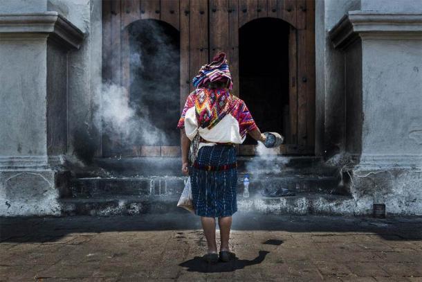 Mujer maya realizando un ritual frente a la iglesia de Santo Tomás en la localidad de Chichicastenango, Guatemala. (PeekCC / Adobe Stock) Según algunas estimaciones, hoy en día hay una población de unos 15 millones de mayas.