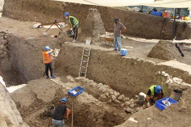El antiguo sitio de excavación de la cocina de Lidia de varios niveles ubicado en la antigua acrópolis de la ciudad de Daskyleion, ubicada en la orilla del lago Manyas en el oeste de Turquía. (Agencia Anadolu)