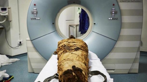 El cuerpo momificado de Nesyamun yacía en el sofá para ser escaneado por CT en la enfermería general de Leeds. (© Leeds Teaching Hospitals / Leeds Museos y Galerías)