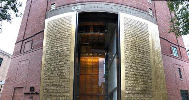 Museo de la Biblia, 4 de noviembre de 2017. Washington, D.C. Puerta de entrada exterior. (Fuzheado / CC BY SA 4.0)
