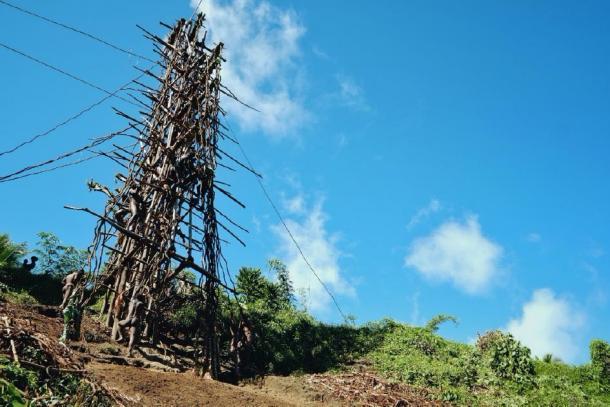 La torre nagol desde donde los concursantes realizan el buceo en tierra. (simanlaci/ Adobe stock)
