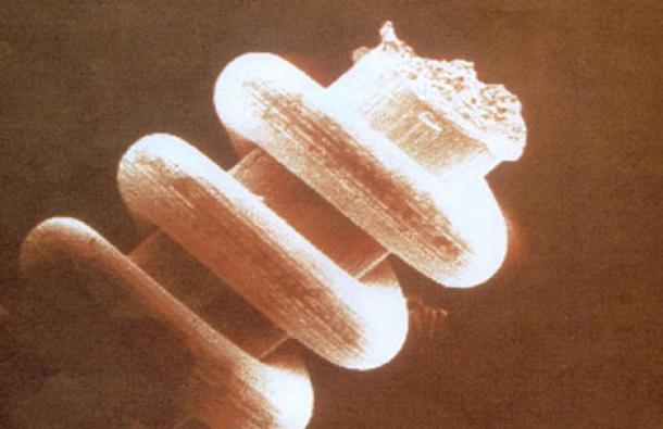 Una imagen ampliada de una de las nano bobinas encontradas en los Montes Urales. Crédito de la foto: Mysteries of the World, Herbert Genzmer y Ulrich Hellenbrand