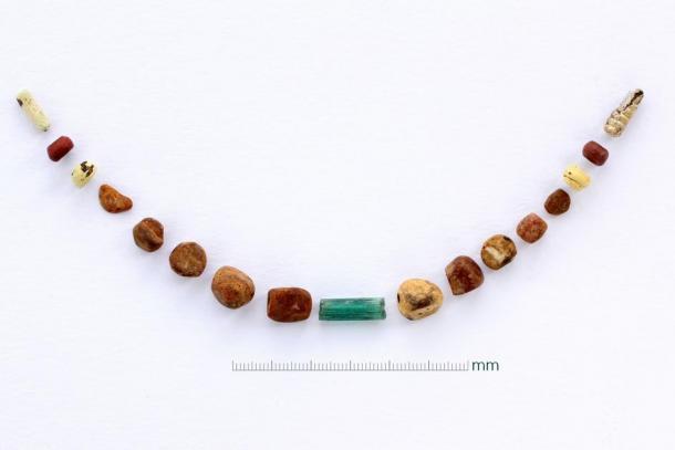 El collar de colgantes de ámbar y cuentas de vidrio. (Imagen: Canterbury Trust)