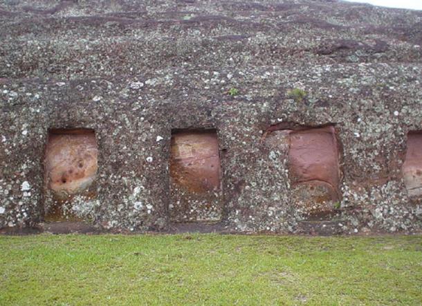 Nichos excavados en la gran roca, Samaipata (dominio público)