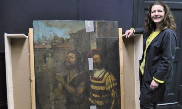 Nicky Grimaldi en la foto con la pintura del panel del Museo Bowes. (Universidad de Northumbria y Museo Bowes)
