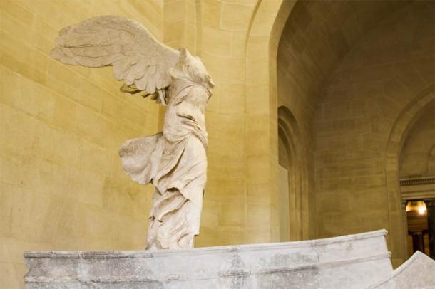 Nike de Samotracia, diosa de la victoria, en exhibición en el museo del Louvre de París (fiore26 / Adobe Stock)