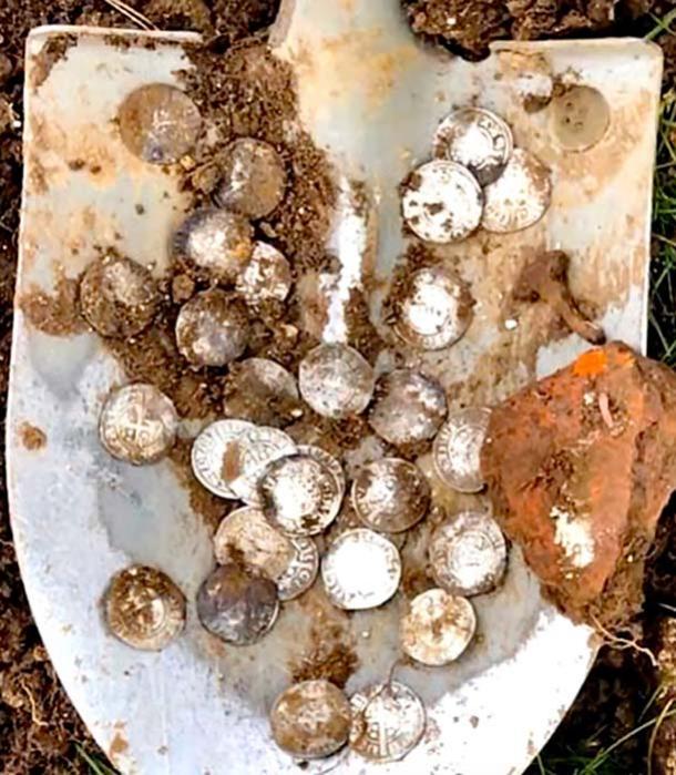 El primer día también encontraron nueve nobles de oro y 276 monedas de plata. (Suffolk Sifter - Detectorist / YouTube)