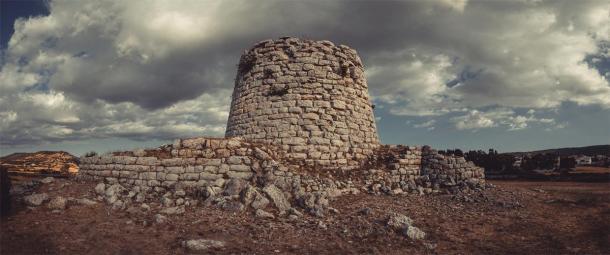 Una de las torres nurágicas, sur de Cerdeña, construida en los siglos XV y XIV a.C. (Andrea/ Adobe Stock)