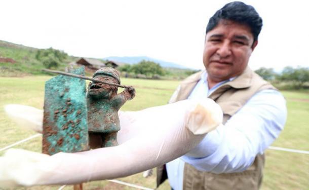 La figura de un guerrero wari con lanza y escudo. (DDC Cusco)