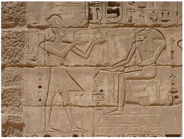 Bajorrelieve de Amón recibiendo ofrendas de Ramsés III, templo mortuorio de Ramsés III en Medinet Habu, Necrópolis de Tebas, Egipto, 2009.