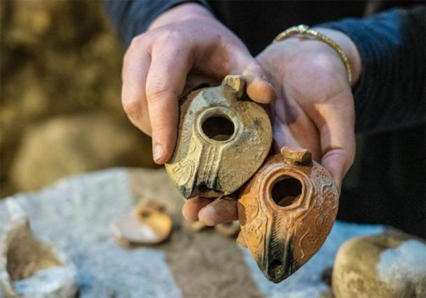 Se descubrieron lámparas de aceite en las cámaras subterráneas del Muro Occidental de Jerusalén. (Yaniv Berman/IAA)