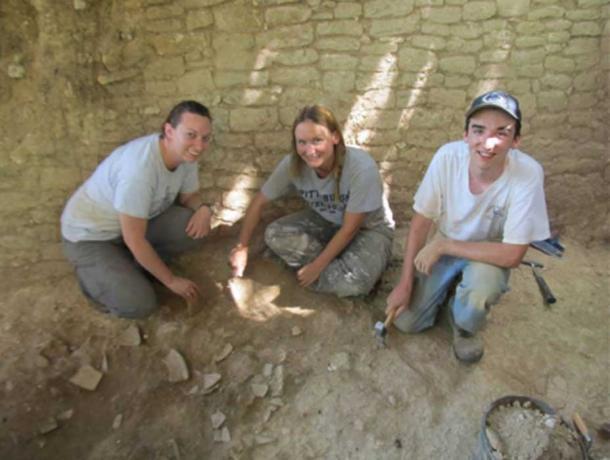 """Excavaciones en """"Olla para hornear"""", Belice, con los miembros del equipo Claire Ebert de Northern Arizona University, Julie Hoggarth, Ph.D., de Baylor University y Sean Carr. Crédito: Baylor University"""