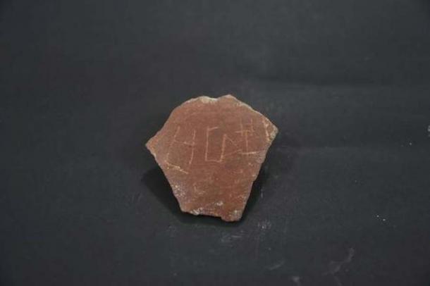 "Una olla con una inscripción ""Tamizhi"" encontrada en Keezhadi, Tamil Nadu. (Jothi Ramalingam)"