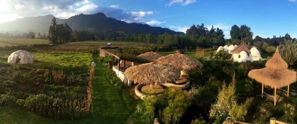 Organismo, el alojamiento para la semana con Peña de Juaica al fondo. (Imagen: © Organizmo, Bogotá)