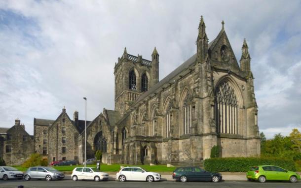 El exterior de la abadía de Paisley en Escocia, donde se puede ver la gárgola alienígena. (Plataforma Lairich/ CC BY-SA 2.0)