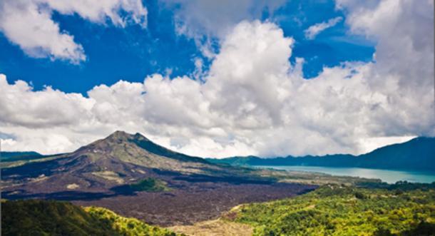Paisaje del volcán de Batur en la isla calavera, Bali. (Naughtynut / Adobe Stock)