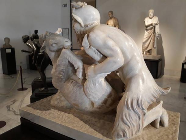 Pan acoplado con una cabra en una escultura de mármol, que data de entre el año 1 a.C., y el año 1 d.C., en exhibición en el Museo Arqueológico de Nápoles en el Gabinete Secreto, junto con otro arte erótico clásico que Francisco I considera demasiado explícito para ser exhibido al público. Rey de Nápoles. (Simon Burchell / CC BY-SA 4.0)