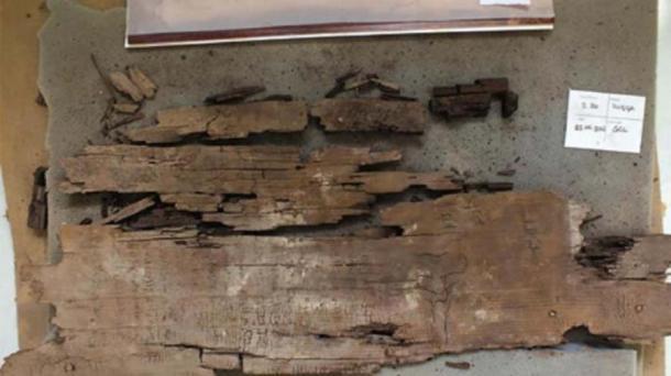 El panel de madera del ataúd está grabado con el Libro de las Dos Vías más antiguo. Harco Willems / / SAGE Journals