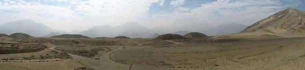 Una vista panorámica del complejo de Caral con los Andes al fondo. (Yo, KyleThayer / CC BY-SA 3.0)