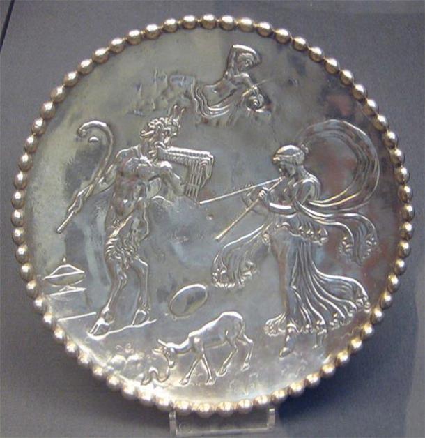 Uno de un par de platos de plata del Tesoro de Mildenhall; decorado con figuras de Pan, una ninfa y otras criaturas mitológicas, todas en relieve; anillo de pie en la parte inferior; inscrito 'EVATTPLOY' en la base. (Museo Británico / CC0)