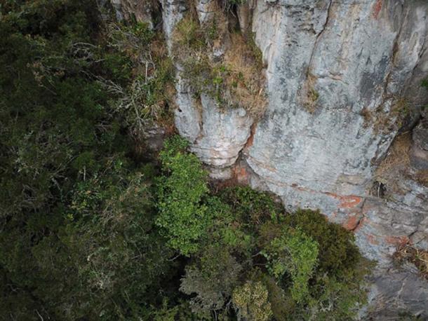 Parte de la cara del acantilado donde se identificó la posición de una cueva, pero era inalcanzable