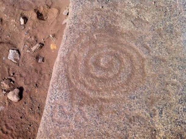 Un patrón antiguo tallado en una piedra en Caral. (Universidad de Goshen)