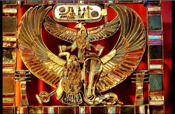 Placa pectoral que lleva el nombre de Ramsés II. Del entierro que una vez se pensó que era la tumba del príncipe Khaemweset, hijo del faraón Ramsés II, en el serapeum de Memphis. (Museo del Louvre / CC BY 2.0)