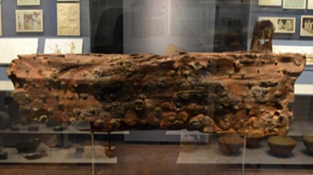 Pedazo de una tabla de madera del naufragio de Antikythera, desde la parte inferior del casco del barco. (Dan Diffendale / CC BY-SA 2.0)