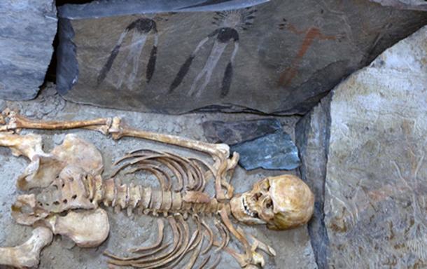 Quizás estas figuras representan una narración de un ritual funerario, esperando a un investigador que pueda leerlo y comprenderlo. Vladimir Kubarev / IAET SB RAS, Los tiempos de Siberia