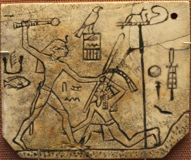 """El faraón Den de la dinastía 1 golpeó a un enemigo extranjero con su """"brazo fuerte"""" y su """"mano poderosa"""", tradiciones que eran muy antiguas y centrales en el concepto de autoridad de Egipto (~ 2950 a. C.). La """"Etiqueta MacGregor"""" hecha de marfil, encontrada en la tumba de Den en Abydos, ahora en el Museo Británico. (CaptMondo / CC BY 2.5)"""