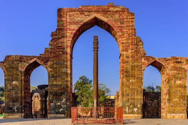 Pilar de hierro, famoso por la composición resistente a la oxidación de los metales utilizados en su construcción en el complejo Qutab en Delhi, India (anjali04 / Adobe Stock)