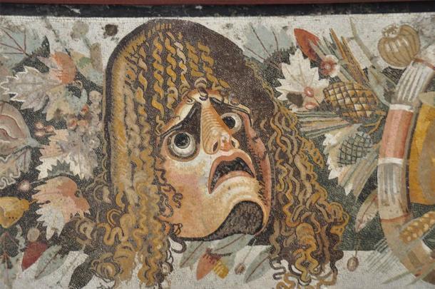 Este mosaico de Pompeya sugiere que la cara en el centro está experimentando algo menos que agradable, ¡quizás el resultado de una maldición! (Paul Stevenson / CC BY 2.0)