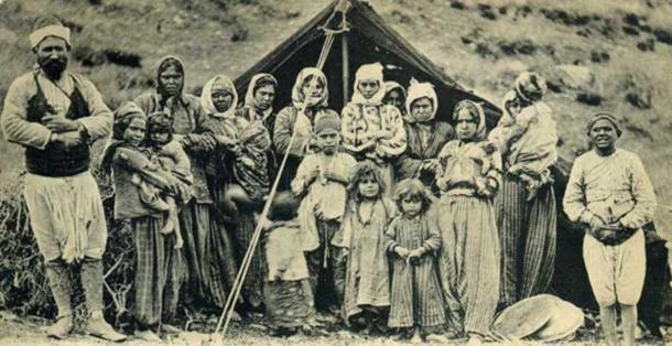 Postal de un grupo de romaníes frente a su tienda en Smyrne. (Dominio público)