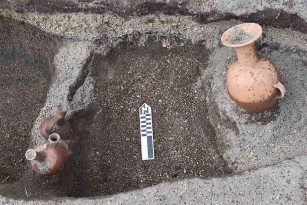 Vasijas de cerámica bien conservadas encontradas en el sitio. (EFE / Byron Ortiz / Proyecto Arqueológico Mulalo - Salatilin)