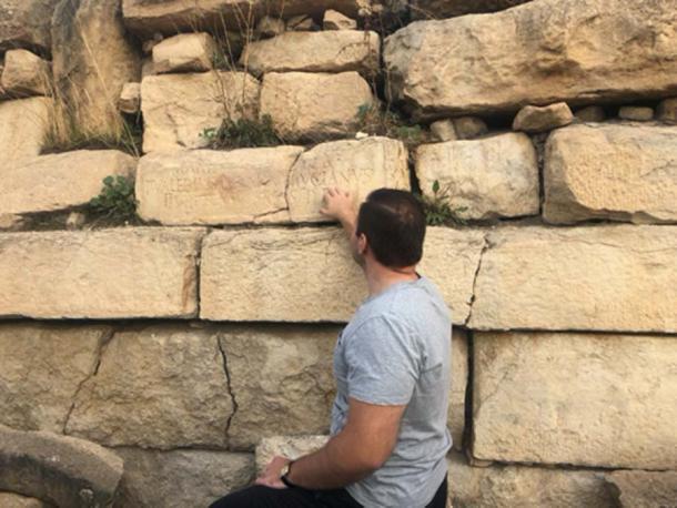 El líder de la misión, el profesor Tomasz Waliszewski, señala una de las inscripciones romanas. (Proyecto Arqueológico Mustis / Facebook)