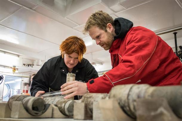 La profesora Tina van de Flierdt y el Dr. Johann Klages trabajan en la muestra de suelo antiguo. (Crédito: T. Ronge, Alfred-Wegener-Institut)