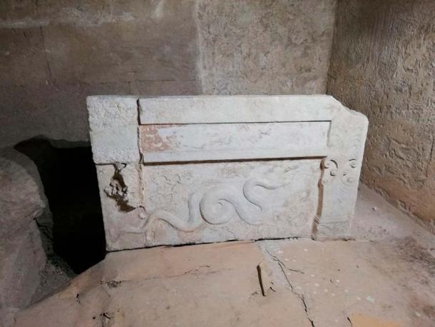 """La prueba clave de que se trataba de un entierro de mujeres de élite era el hecho de que la vasija del osario de mármol estaba orientada con la cabeza hacia el este. Así era como se """"enterraba"""" a las mujeres de la realeza griega. (Pontos News00)"""